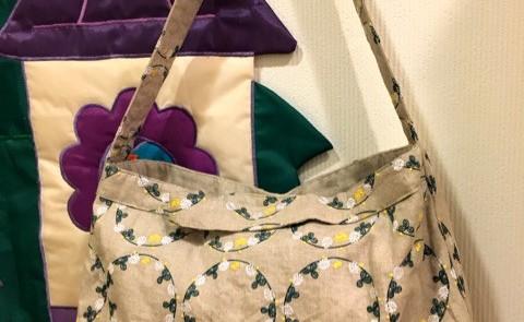 花かんむりのバッグとブラウス